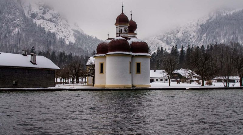 Koenigssee Schifffahrt St bartholomae View at St bartholomae Kirche in den Bergen am Berg wartzmann Ostwand 1 800x445 - St. Bartholomä & Königssee - Das musst Wissen!