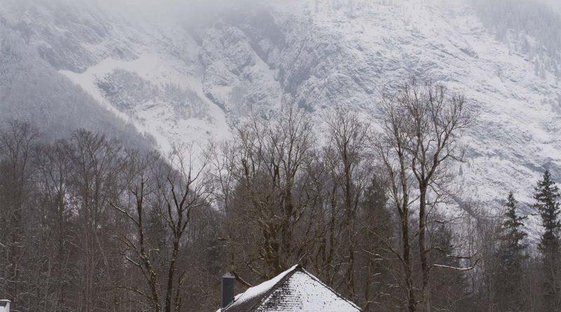 Koenigssee Schifffahrt St bartholomae View at St bartholomae Kirche in den Bergen am Berg wartzmann Ostwand 4 800x445 - St. Bartholomä & Königssee - Das musst Wissen!
