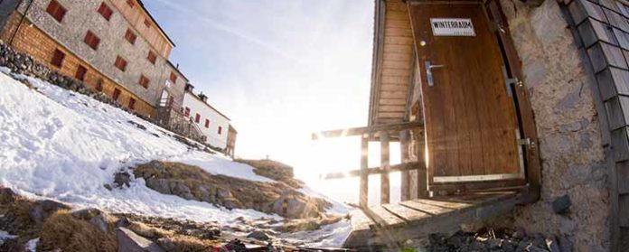 Watzmann Winter Tour Winterraum Watzmannhaus Winterquartier H%C3%BCtte 696x279 - Watzmann - Watzmannhaus Wintertour