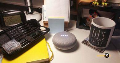Google Smart Home Mini auf Schreibtisch